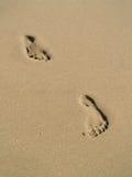 Huellas en la playa de la arena Fotos de archivo libres de regalías