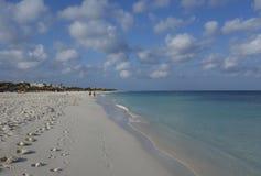Huellas en la playa de Manchebo, Aruba Fotos de archivo