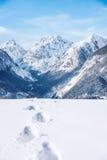 Huellas en nieve fresca en las montañas Imagen de archivo libre de regalías