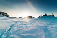 Huellas en nieve profunda en un pueblo fantasma Foto de archivo libre de regalías