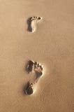 Huellas en una playa Fotos de archivo