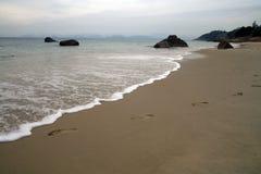 Huellas en una playa arenosa imágenes de archivo libres de regalías