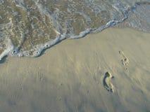 Huellas por el océano Imagen de archivo libre de regalías