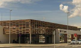 HUELVA, ESPAÑA 19 DE ABRIL DE 2019: fachada de la entrada principal a la estación de tren nuevamente abierta fotografía de archivo libre de regalías