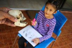 Hueso del mono con una muchacha asiática Imagenes de archivo