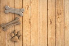 Huesos de perro en fondo de madera Imagenes de archivo