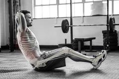 Huesos destacados de ejercitar al hombre en el gimnasio fotografía de archivo