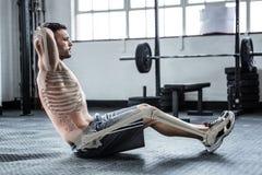 Huesos destacados de ejercitar al hombre en el gimnasio imagen de archivo