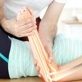 Huesos destacados de la mujer en el fisioterapeuta Fotos de archivo