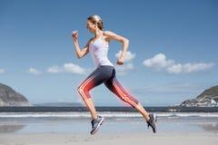 Huesos destacados de la pierna de la mujer que activa en la playa Foto de archivo libre de regalías