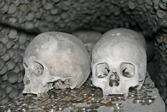 Huesos humanos en el osario de Sedlec, cementerio de Kostnice Imagenes de archivo