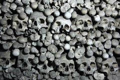 Huesos y cráneos humanos en el osario de Sedlec cerca de Kutna Hora Imágenes de archivo libres de regalías