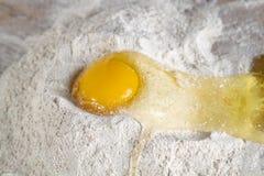 Huevo agrietado fotografía de archivo