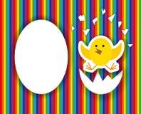 Huevo agrietado con los polluelos lindos dentro, tarjeta de felicitación del feliz cumpleaños libre illustration