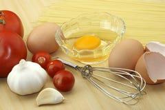 Huevo, ajo, tomate y pastas Imágenes de archivo libres de regalías
