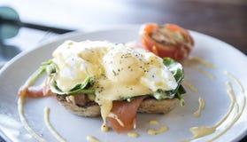 Huevo Benedicto con los salmones del humo Imagenes de archivo