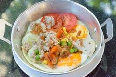 huevo Cacerola-frito con los desmoches Foto de archivo libre de regalías