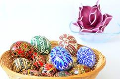 Huevo-cesta de Pascua por completo de huevos Imagenes de archivo