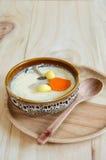Huevo cocido al vapor en el fondo de madera Fotos de archivo