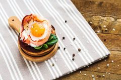 Huevo cocido con tocino y ensalada en la tostada Imagen de archivo libre de regalías