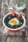 Huevo cocido fresco con espinaca imagenes de archivo