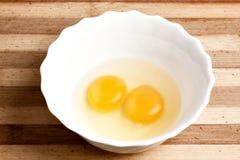 Huevo con dos yemas de huevo Imágenes de archivo libres de regalías