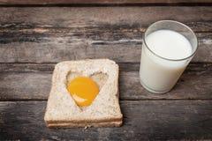 Huevo con el fondo de madera del pan entero del grano Imagen de archivo libre de regalías
