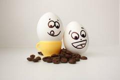 Huevo con una cara Divertido y lindo a una taza de café Fotografía de archivo