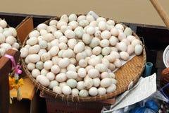 Huevo crudo del pato en la cesta imagen de archivo