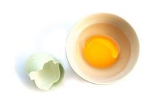 Huevo crudo en el cuenco blanco en el fondo blanco foto de archivo libre de regalías