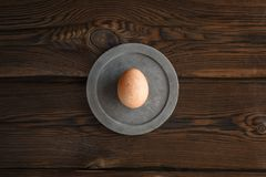 Huevo de Brown en el bloque de cemento redondo imagen de archivo libre de regalías