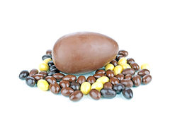 Huevo de chocolate con los pequeños huevos Imagenes de archivo