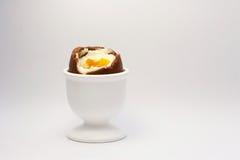 Huevo de chocolate de Pascua en huevera Imágenes de archivo libres de regalías
