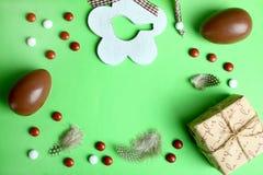 Huevo de chocolate en una jerarquía del ` s del pájaro Imagen de archivo libre de regalías