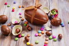 Huevo de chocolate de Pascua imágenes de archivo libres de regalías