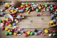 Huevo de chocolate de Pascua en fondo de madera oscuro Fotografía de archivo