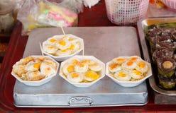 Huevo de codornices frito en placa de la espuma Imágenes de archivo libres de regalías