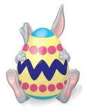 Huevo de Gray Rabbit Hiding Behind Easter Foto de archivo libre de regalías
