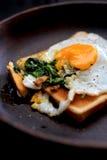 Huevo de la espinaca en tostada Fotos de archivo