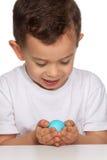 Huevo de la explotación agrícola del muchacho Foto de archivo libre de regalías
