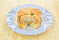 Huevo de la salchicha y bocadillo mordidos del desayuno del cruasán del queso Imagen de archivo libre de regalías
