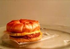 huevo de la salchicha y cruasán del queso Imagen de archivo