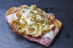 Huevo de la tostada del jamón y del queso Foto de archivo
