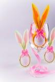 Huevo de las servilletas del conejito de pascua en vidrio Foto de archivo libre de regalías