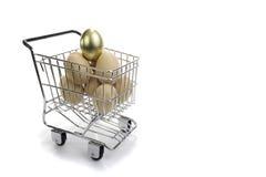 Huevo de oro en cesta Fotos de archivo libres de regalías