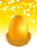 Huevo de oro en fondo de la luz del fulgor