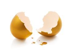 Huevo de oro quebrado Fotos de archivo