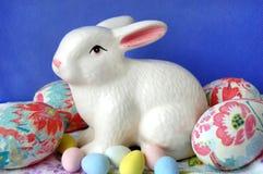 Huevo de Pascua adornado con el conejito Imagen de archivo libre de regalías