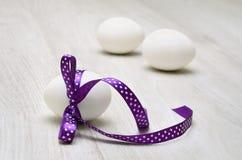 Huevo de Pascua adornado con la cinta Imágenes de archivo libres de regalías