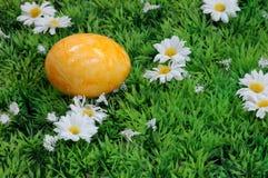 Huevo de Pascua amarillo fotos de archivo libres de regalías